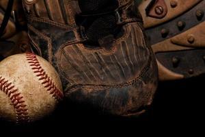 chuteiras e bola de beisebol foto
