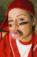 jogador de softbol soprando bolhas no abrigo
