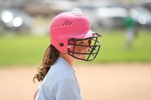 menina jogando softbol foto