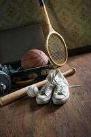 mala vintage com equipamento desportivo foto