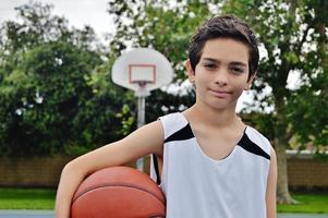 garoto jogando basquete foto