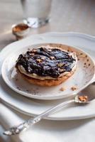 tortinha de natal com creme de chocolate branco e pequenas estrelas douradas foto
