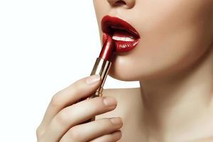 belos lábios pintados de batom vermelho foto