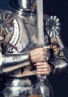 cavaleiro vestindo armadura e segurando a espada de duas mãos