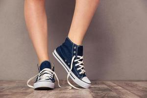 pernas humanas em tênis foto