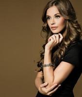 retrato de mulher jovem e bonita com cabelo longo cacheado foto