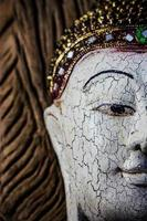 close-up de uma escultura de madeira buddha