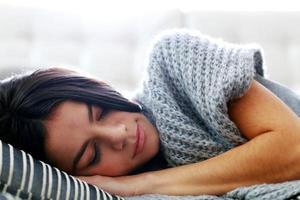 jovem e linda mulher dormindo foto