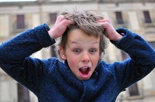 garoto surpreso foto
