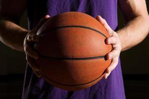 homem segurando basquete foto