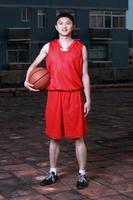 esportista carregando uma bola de basquete foto