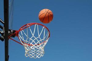 tiro de basquete na cesta foto
