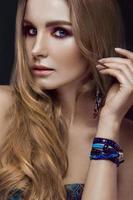menina bonita moda com estilo boho de pulseiras. rosto de beleza, brilhante foto