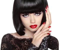 Maquiagem. unhas bem cuidadas. retrato de menina de beleza. lábios vermelhos.