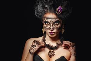 garota com máscara de baile de máscaras foto