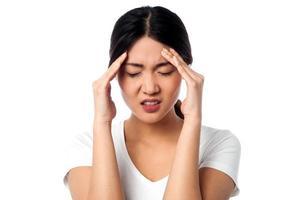 jovem mulher com dor de cabeça foto