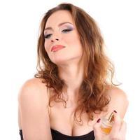 jovem mulher aplicar perfume isolado no branco foto