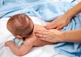 massagem nas costas do bebê foto