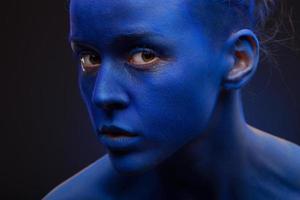 foto de arte de uma linda mulher com rosto azul escuro