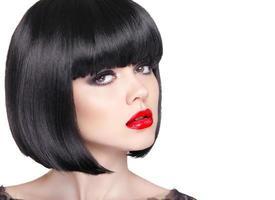 retrato da moda da bela mulher morena com lábios vermelhos foto