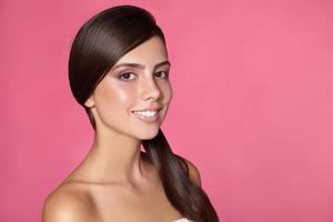 Feche o retrato de uma mulher bonita com maquiagem brilhante foto