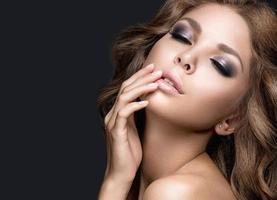 loira linda com uma pele perfeita.
