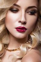 loira linda de uma maneira hollywood com cachos, lábios vermelhos