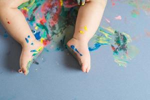 pés de bebê pintados