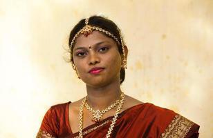 meio retrato de uma noiva indiana foto