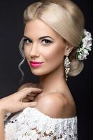linda mulher loira na imagem da noiva com flores foto