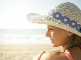 garota de sorriso na praia foto