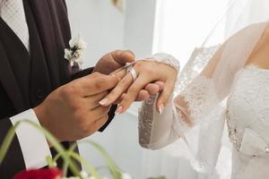 anéis de casamento recém-casados foto