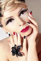 maquiagem e manicure com vermelho.