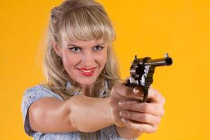 mulher cowboy dispara uma arma