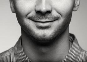 homem charmoso e bonito metade do rosto close-up foto