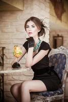 senhora com luvas no restaurante bebendo suco foto