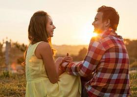jovem casal apaixonado ao ar livre foto