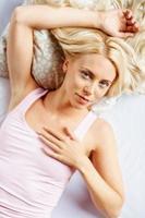 sensual mulher jovem deitada na cama foto
