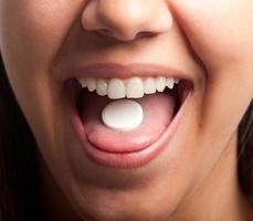 mulher com uma pílula