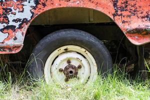 feche o pneu furado foto