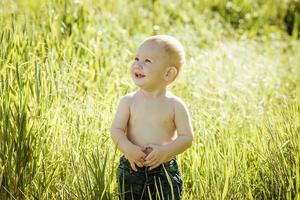 menino no gramado,
