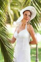 mulher relaxante sob palmeira