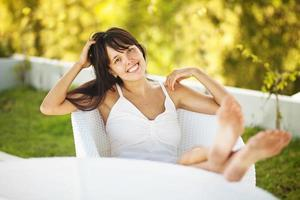 jovem relaxando em casa foto