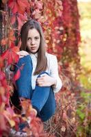 jovem no belo parque outono, outono conceito foto