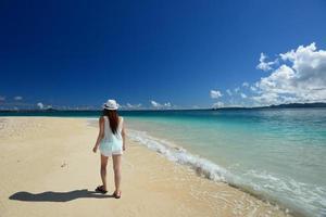 a mulher que relaxa na praia.