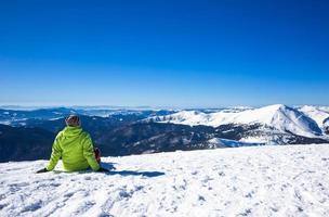 mulher relaxar nas montanhas durante caminhadas de inverno