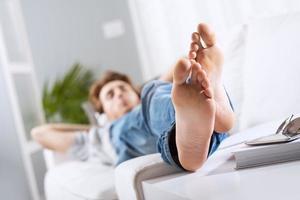 relaxando com os pés descalços