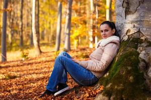 mulher relaxante na natureza durante a temporada de outono foto