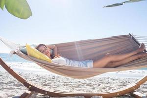 morena relaxante na rede foto