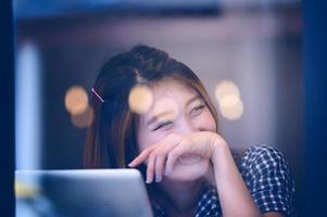 mulher feliz Ásia, sentado à mesa de bar no dia de relaxar foto
